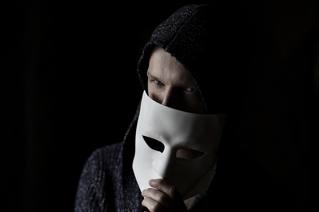 chlap s maskou