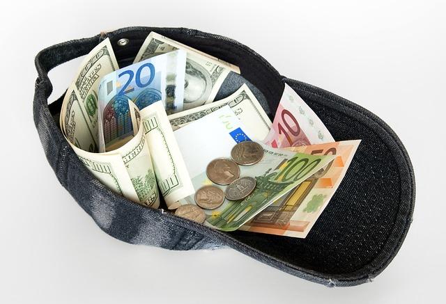 peníze v čepici