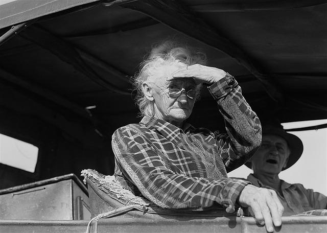 senioři v historickém autě